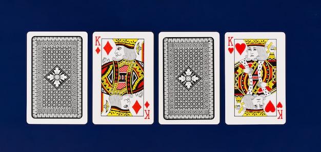 Jogo completo de cartas de jogar rei no fundo liso para vista superior do pôquer de cassino