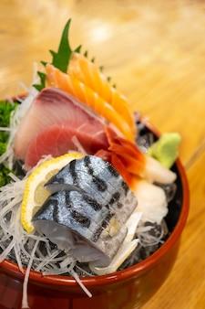 Jogo cortado fresco do sashimi, alimento japonês.