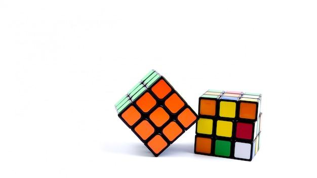 Jogo cubo multi-colorido em branco