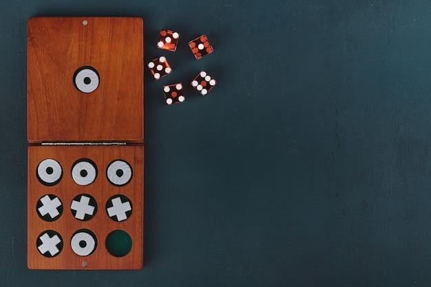 Jogo da velha em caixa de madeira e dados, com espaço de cópia, torção plana, estilizada