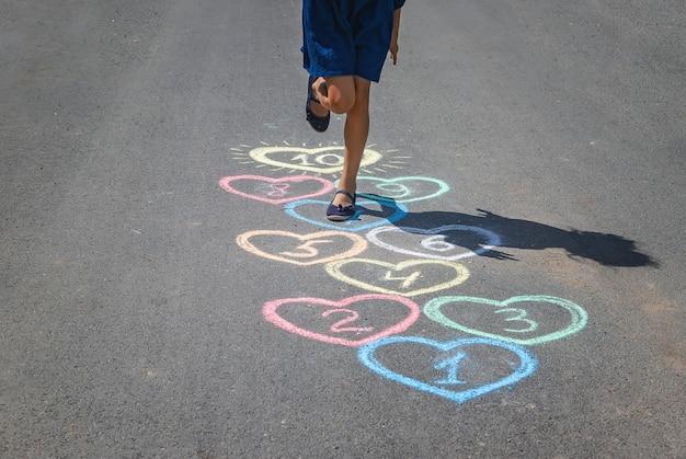 Jogo de amarelinha infantil na calçada