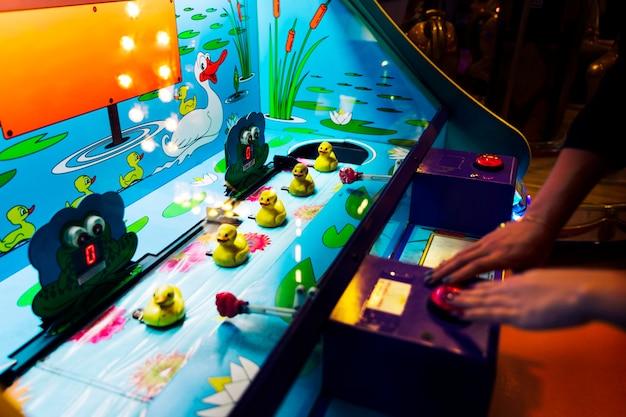 Jogo de arcade de close-up com patos de borracha