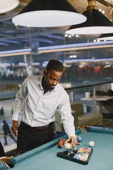 Jogo de bilhar. homem com bengala. jogos masculinos