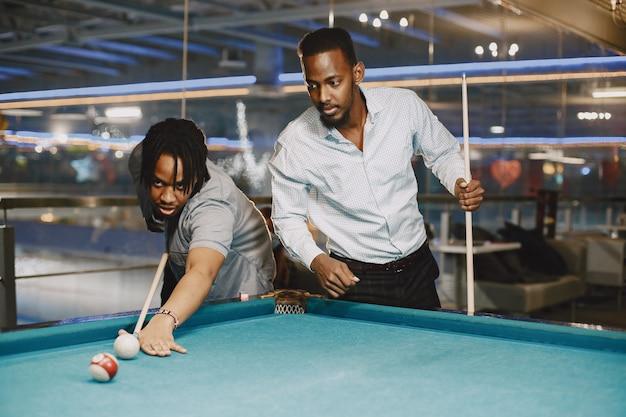 Jogo de bilhar. homens com bengala. jogos masculinos