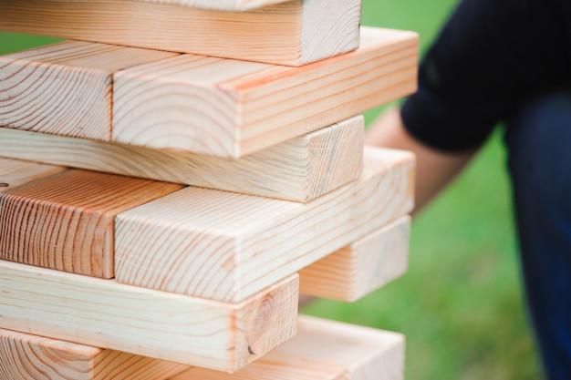 Jogo de bloco gigante ao ar livre. a torre de blocos de madeira.