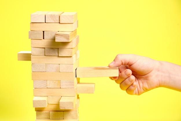 Jogo de blocos de madeira em um fundo amarelo