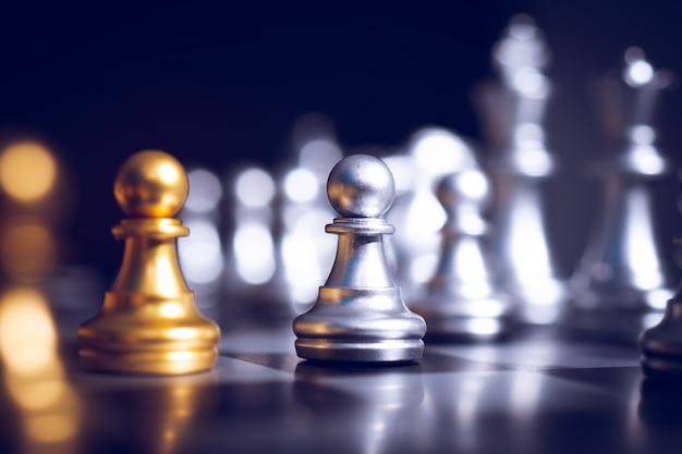 Jogo de bord de xadrez de planejamento de negócios e conceito de desafio em potencial