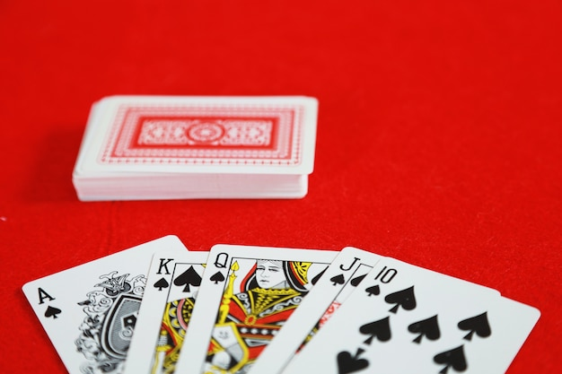 Jogo de cartas de pôquer royal straight flush na mão no jogo de cartas no cassino