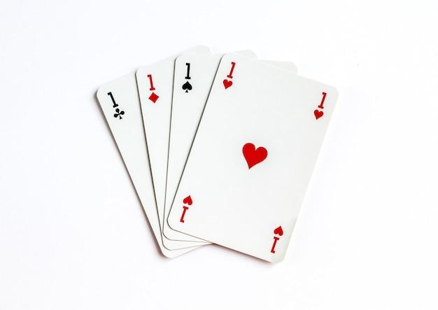 Jogo de cartas de quatro ases isolado na superfície branca.