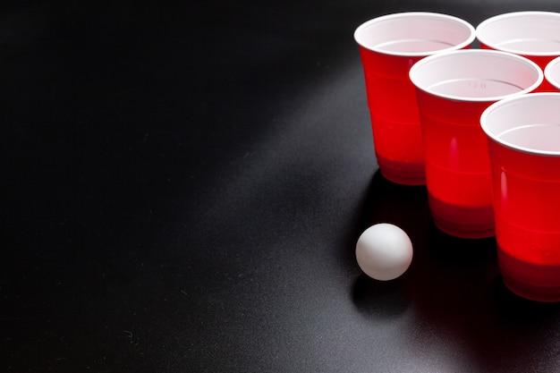 Jogo de cerveja pong faculdade em fundo preto