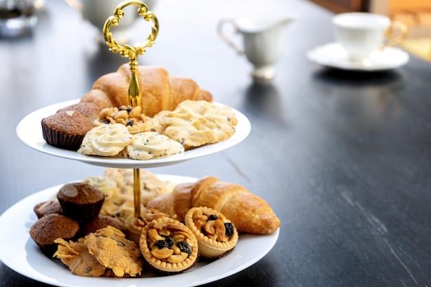 Jogo de chá alto estão na mesa preta