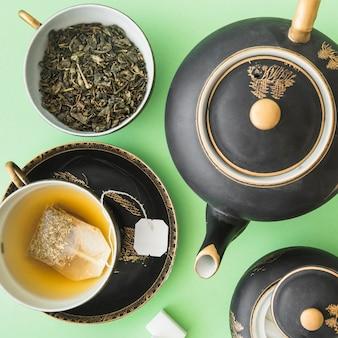 Jogo de chá asiático clássico com chá de ervas no fundo verde
