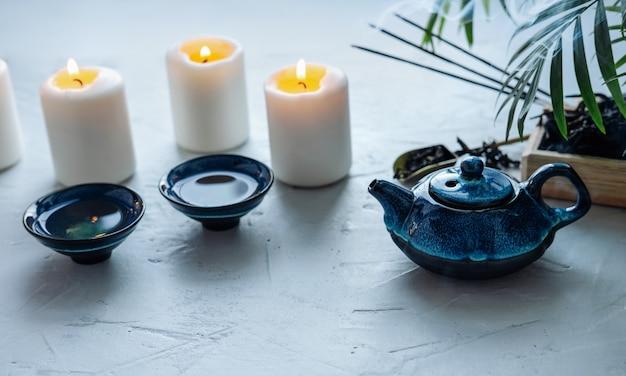 Jogo de chá azul para a cerimônia de chá chinesa. queima de velas e casais perfumados.