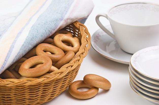 Jogo de chá e bagels em um prato