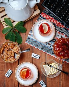 Jogo de chá na mesa