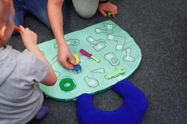 Jogo de comando para crianças formas de pesquisa correspondem às ferramentas de perfil. trabalho em equipe para meninos