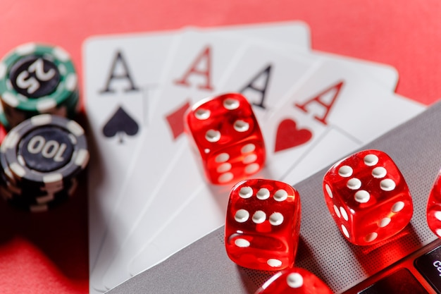 Jogo de dados vermelhos com fichas e cartas com ases close up