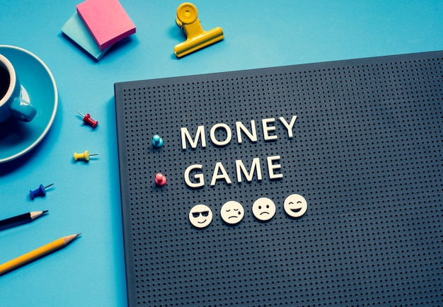 Jogo de dinheiro com texto nos conceitos desk.strategy e plan.success