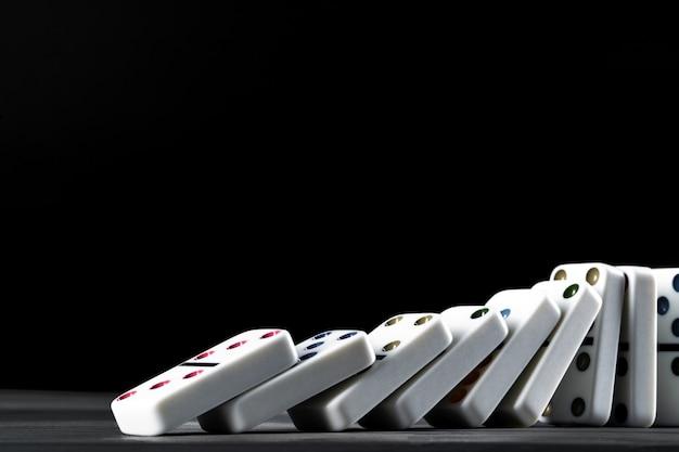 Jogo de dominó. dominó em uma mesa preta