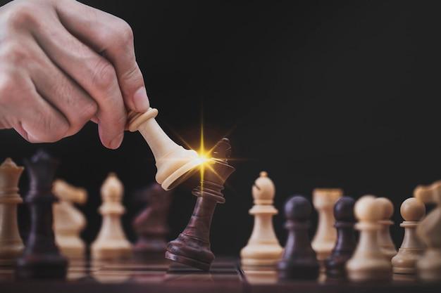 Jogo de empresário com jogo de xadrez no jogo de sucesso de competição. estratégia conceitual e gestão ou liderança bem-sucedida
