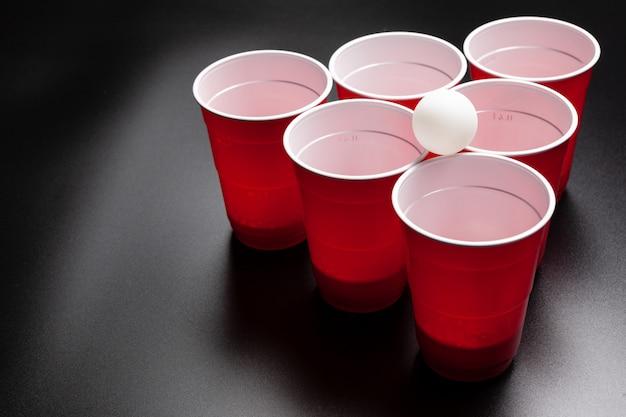 Jogo de faculdade de cerveja pong em fundo preto