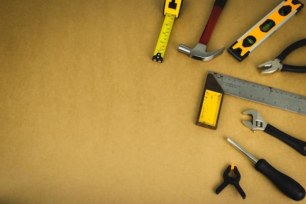 Jogo de ferramentas do mecânico no fundo marrom.