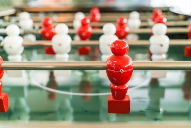 Jogo de futebol de mesa com leitor de vermelho e branco.