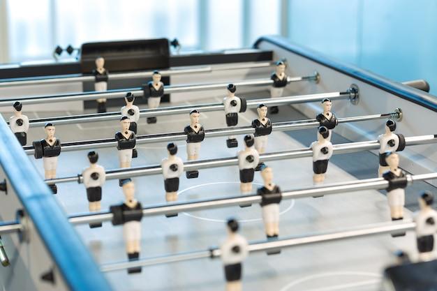 Jogo de futebol de mesa ou futebol kicker com figuras de jogadores.