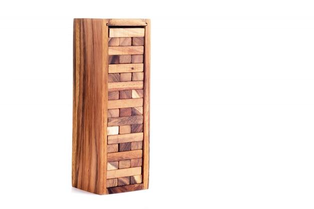 Jogo de jenga. blocos de madeira isolados.