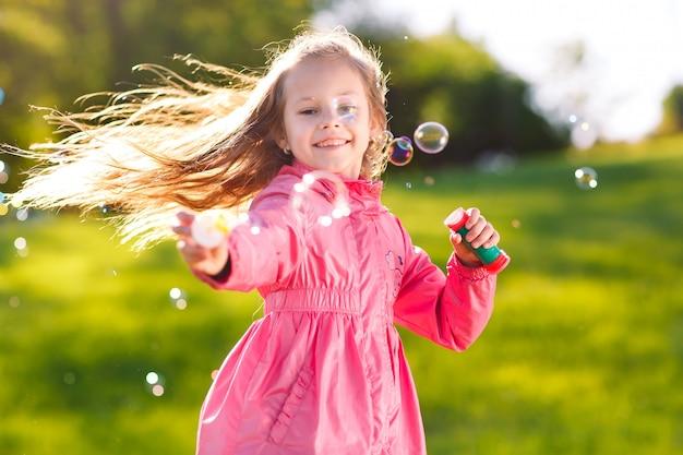 Jogo de menina com bolhas de sabão.