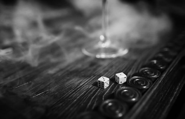 Jogo de mesa dados feitos à mão e gamão gambling