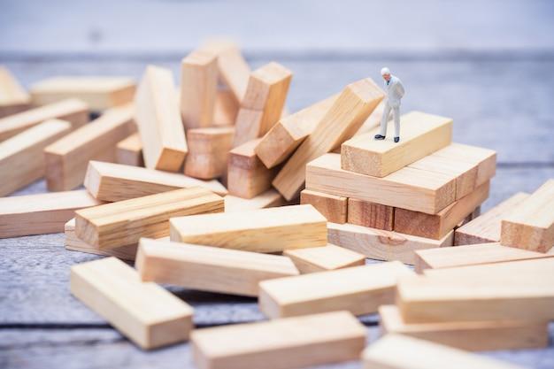 Jogo de pilha de blocos de madeira desmoronado, conceito de plano de fundo