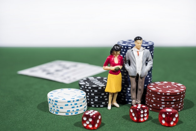 Jogo de pôquer de cassino na mesa verde. tema do jogo