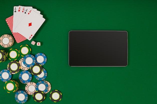 Jogo de pôquer online com fichas e cartas. vista do topo. natureza morta