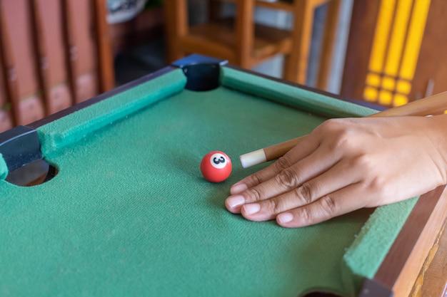 Jogo de sinuca pronto para a bola baleada na mesa verde em bar