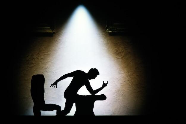 Jogo de sombras. silhuetas de pessoas