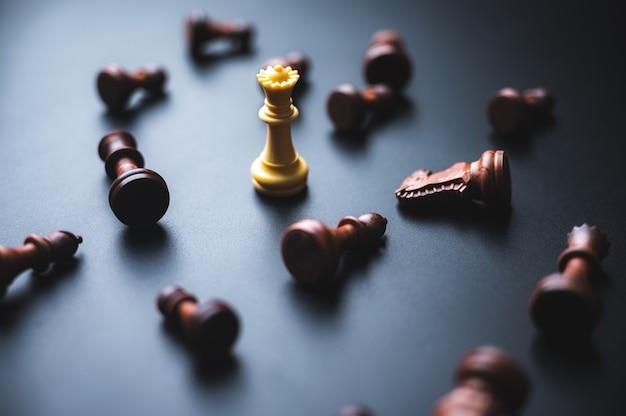 Jogo de tabuleiro com peças de xadrez no conceito de liderança de sucesso empresarial