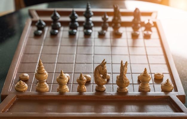 Jogo de tabuleiro de xadrez de madeira com peças de xadrez prontas para jogar