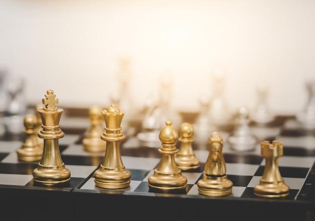 Jogo de tabuleiro de xadrez dourado para planejamento de negócios para o conceito de estratégia de negócios
