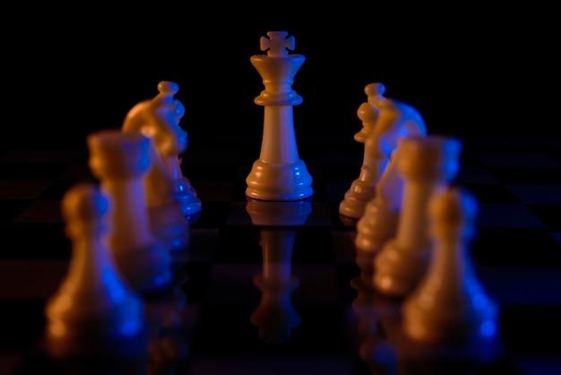 Jogo de tabuleiro de xadrez para ideias e competição e estratégia, conceito de sucesso empresarial Foto Premium