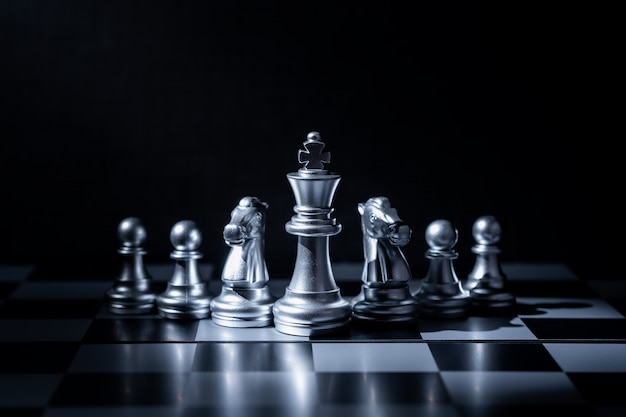 Jogo de tabuleiro de xadrez para o conceito de negócio em luz e sombra.