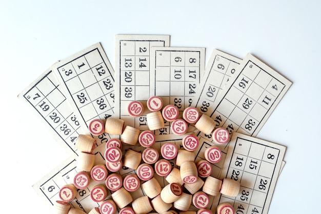 Jogo de tabuleiro family lotto. cartas e barris com números.