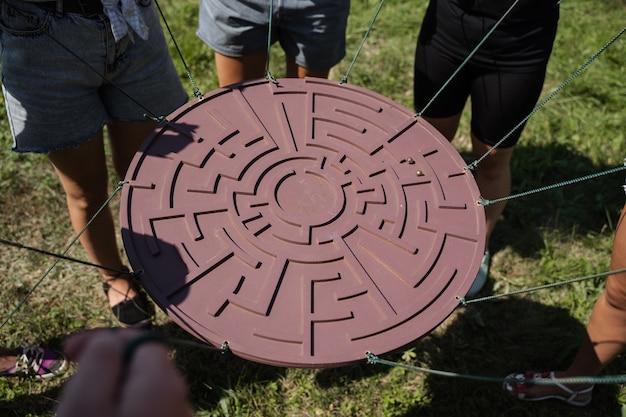 Jogo de teambuilding para grupos de pessoas para conseguir espírito de equipa e aumentar a amizade dos colegas. jogo de labirinto para grupo de pessoas