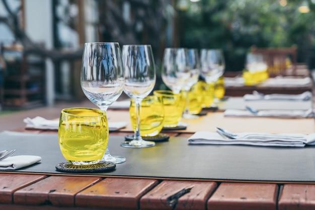 Jogo de vidro na mesa de jantar