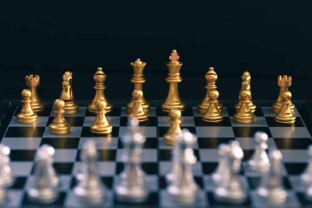 Jogo de xadrez, coloque o tabuleiro esperando para jogar em peças de ouro e prata