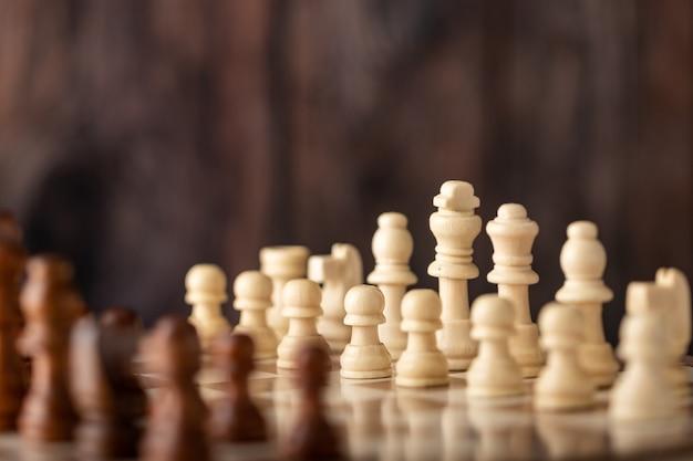 Jogo de xadrez de madeira no tabuleiro