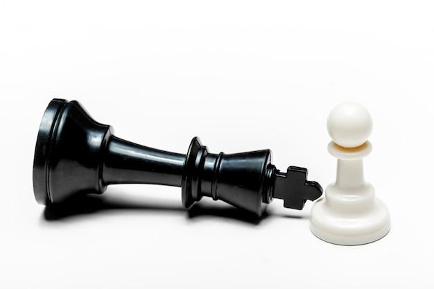 Jogo de xadrez ou peças de xadrez na superfície branca
