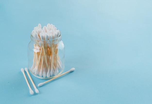 Jogo do banho - esponja luffa, orelha de varas de bambu na superfície azul. conceito menos desperdício