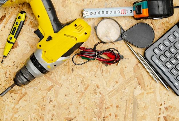Jogo do jogo da ferramenta acessível do homem no banco de trabalho. equipamentos para construção civil