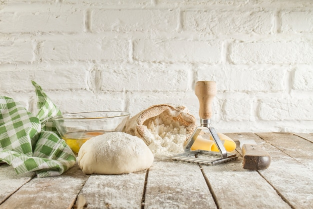 Jogo dos ingredientes para preparar massa de pão
